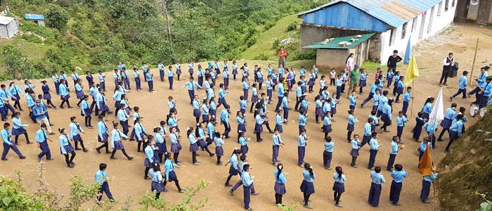 Schulhof von Thulopathal bei Jiri (Nepal)