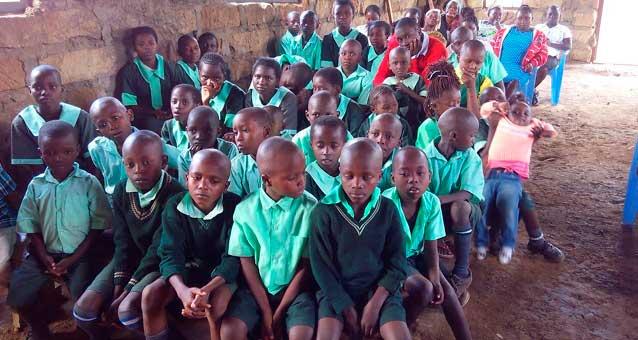 Schulkinder helfen in Kenia