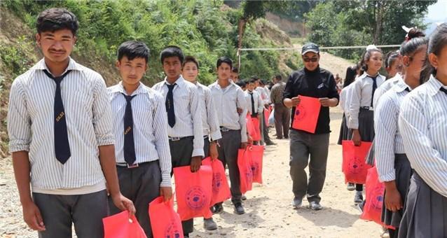 Jeder der 264 Schüler und Schülerinnen erhielt Uniform und Schreibwaren ( rote Tüten)