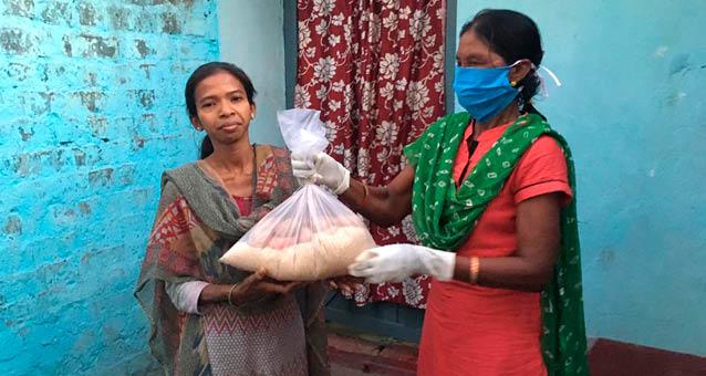 Auch in diesen Staaten hat HOPE Lebensmittel verteilt. (Bangladesch ist ein unabhängiger Staat und unsere Mitarbeiter sind mit Lebensmittel über die grüne Grenze gegangen.) Logischerweise müssen die Menschen dort immer wieder neu mit Lebensmitteln versorgt werden. In einigen Orten gibt es bereits eine Lockerung der Sicherheitsmaßnahmen, in vielen aber noch nicht. Genau hier brauchen die Menschen noch mehr Hilfe.