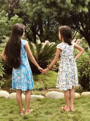 Zwei Mädchen, die aus Indien gerettet wurden